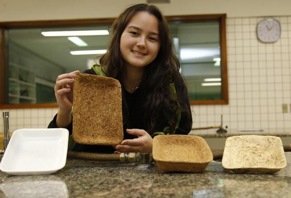Àesquerda, uma bandeja de isopor. As demais fazem parte do projeto criado por Sayuri Miyamoto Magnabosco:bandejas de bagaço de cana-de-açúcar. Fonte: Aniele Nascimento/Gazeta do Povo