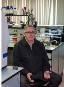 Pedrosa trabalha no desenvolvimento de bactérias que ajudam no desenvolvimento de diversos tipos de plantas. Foto: Marcos Solivan – Sucom/UFPR